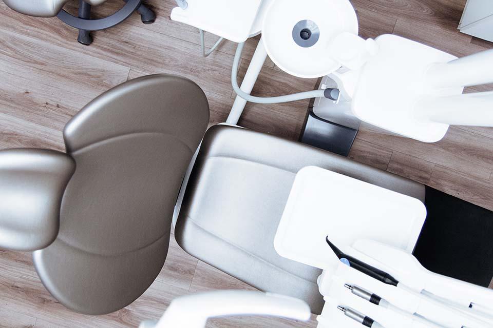 隨著科技的日新月異,可以應用在牙科治療上的技術也愈來愈多,許多聽起來很厲害的設備與療程名稱,都讓患者看得目眩神迷。水雷射植牙就是其中之一,聽起來很炫,那麼,什麼是水雷射?水雷射植牙上有什麼好處?許多民眾其實並不了解。雷射應用在牙科手術上已行之有年,然而傳統的雷射是單純以光束聚焦,對目標組織進行燒灼、切割,雖可透過高溫…