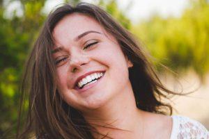 打造漂亮微笑的捷徑,「美白陶瓷貼片」讓您的笑容立刻升級!駐足在牙齒美白大幅廣告前,眼前美白後的明眸皓齒,讓你心動不已?但是牙科專業術語,陶瓷貼片、陶瓷貼片全瓷冠讓人傻傻分不清?就讓新竹植牙日光翡麗馬瑞宏院長,替您說明。什麼是陶瓷貼片?一口潔白明亮的皓齒讓人形象加分,但如果一開口是一排黃板牙,可就讓人笑不出來。許多牙醫…