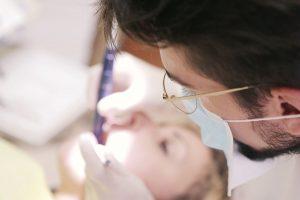 罹患牙周病的你,想到治療時疼痛入骨的酸痛感、機械高速運轉的刺耳聲,一聽到要看牙醫就不寒而慄?好消息來了,新竹水雷射推薦日光翡麗牙醫院長馬瑞宏指出,「水雷射牙周」治療不必麻醉、大幅降低疼痛感的優點,絕對是怕痛民眾,治療牙周病的最佳首選。就讀大學20歲的許小姐,平時經常刷牙流血,說話時散發的陣陣口臭味,讓她困擾不已。沒想…