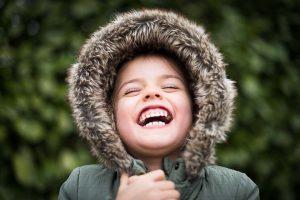 50歲的王女士是某所高中校長,她的後牙過去做了金屬假牙還有金屬瓷牙,某一天,其中一顆假牙裂掉了,讓她每次在咀嚼用餐的時候變得十分不好咬,而且食物殘渣常常塞在牙縫裡,增加清潔上的不便,於是前往日光翡麗新竹牙醫求診,才發現假牙牙齦萎縮。醫師建議牙齦萎縮治療方法採用全瓷冠假牙,不但堅硬又耐磨,在外觀上根本分辨不出真假!於是她…