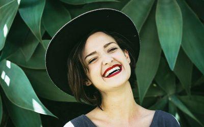 牙齦萎縮症狀有哪些?全瓷冠假牙牙齦萎縮剋星,讓你不再塞牙縫!